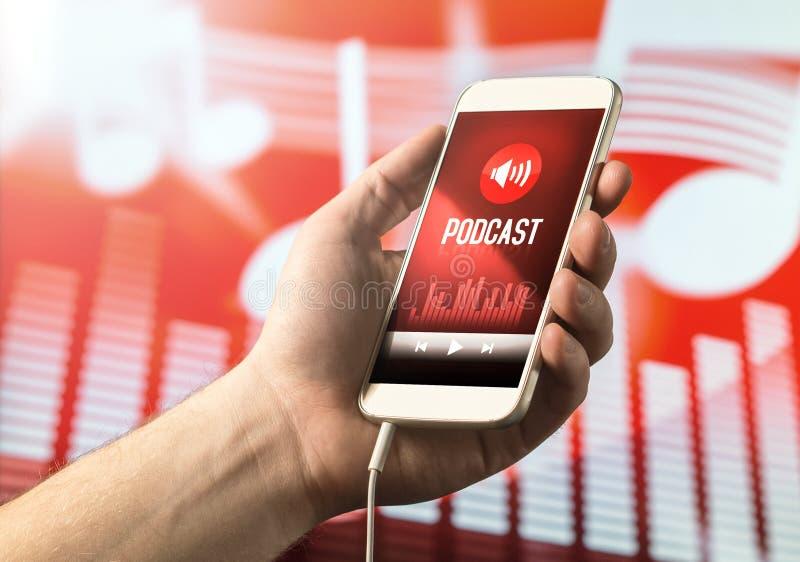 Entregue guardar o smartphone com podcast app na tela fotos de stock