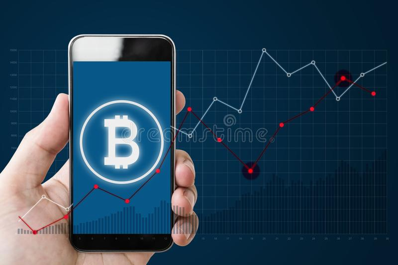 Entregue guardar o smartphone móvel com símbolo de B da corrente de Bitcoin, de Internet banking e de bloco na tela e em levantar fotos de stock