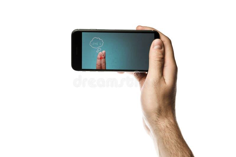 Entregue guardar o smartphone, tela vazia no fundo branco foto de stock