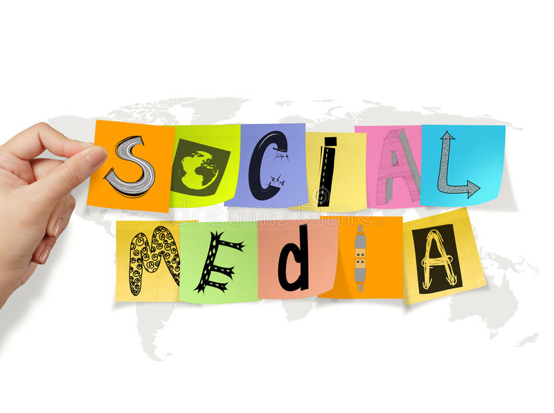 Entregue guardar palavras sociais dos meios na nota pegajosa imagens de stock royalty free