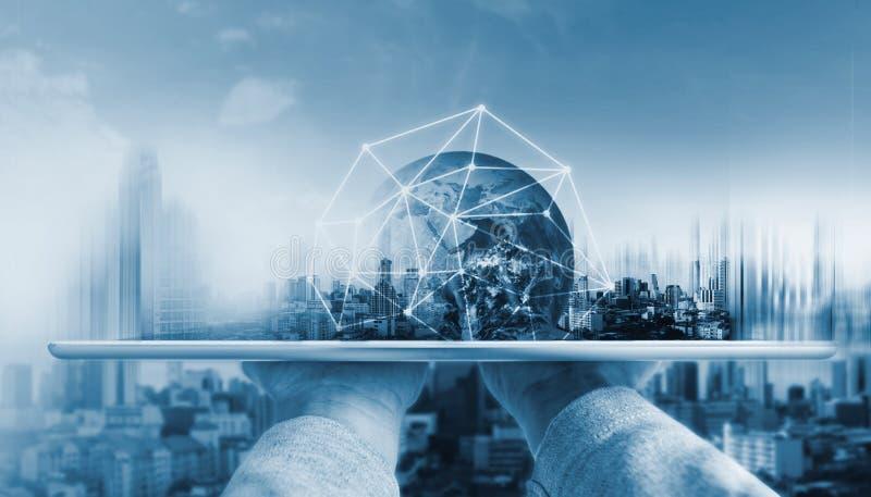 Entregue guardar a tabuleta digital com tecnologia da conexão de rede global e construções modernas O elemento desta imagem é for fotografia de stock