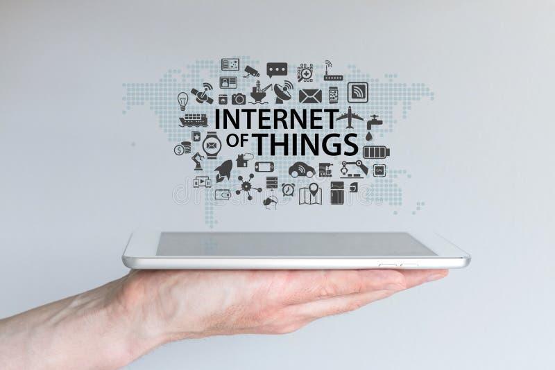 Entregue guardar a tabuleta ou o telefone esperto moderno com a nuvem de dispositivos conectados para o Internet das coisas fotos de stock