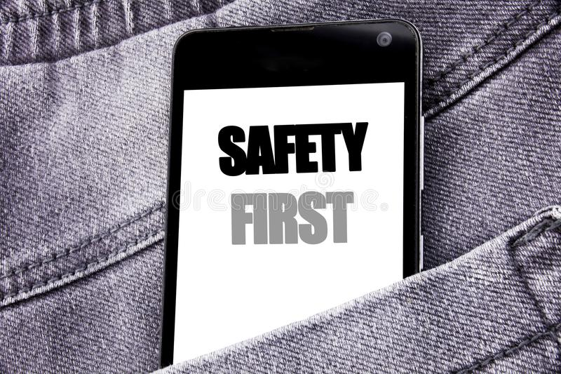 Entregue a inspiração do subtítulo do texto da escrita que mostra o conceito do negócio da segurança em primeiro lugar para aviso fotos de stock royalty free