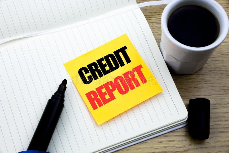 Entregue a inspiração do subtítulo do texto da escrita que mostra o relatório de crédito Conceito do negócio para a verificação d imagens de stock royalty free