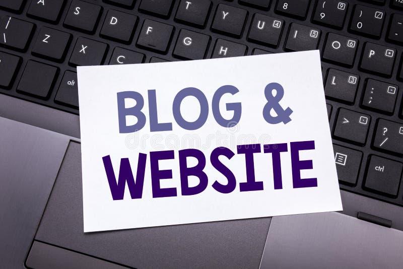 Entregue a inspiração do subtítulo do texto da escrita que mostra o Web site do blogue Conceito do negócio para a Web Blogging so fotos de stock