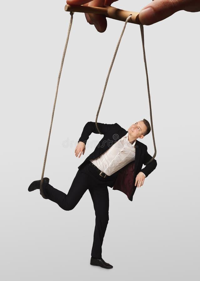 Entregue a manipulação de um fantoche do homem de negócios no fundo branco foto de stock royalty free
