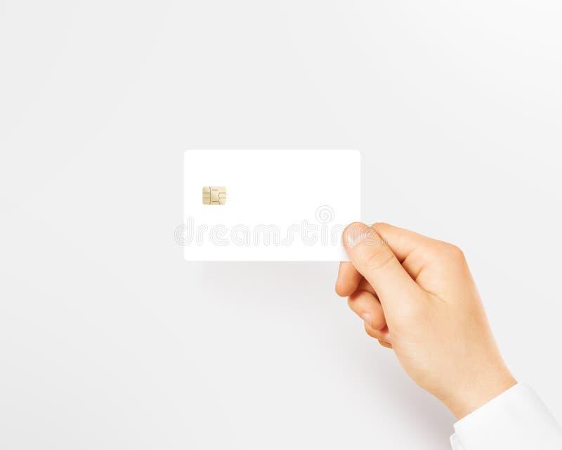 Entregue manter o modelo branco vazio do cartão de crédito isolado imagem de stock