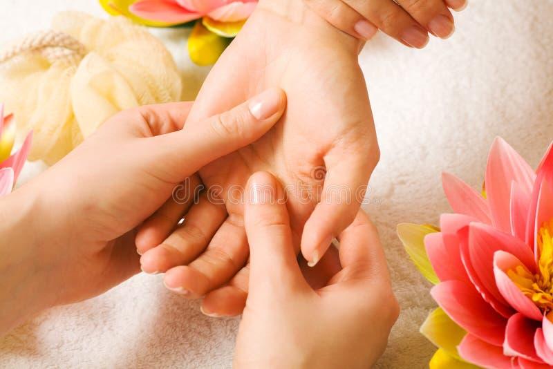 Entregue a massagem foto de stock