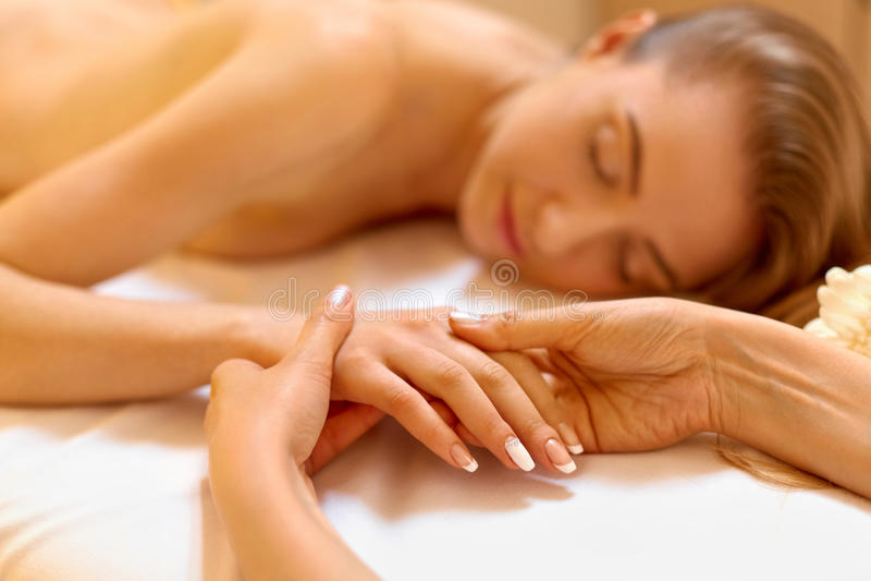 Entregue a massagem O louro bonito obtém o tratamento dos termas no salão de beleza fotografia de stock royalty free