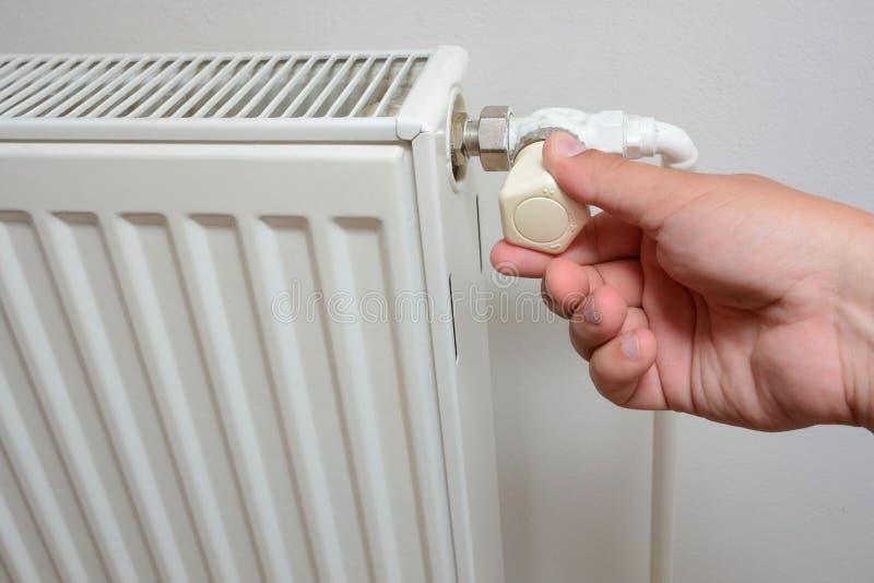 Entregue o ajuste do botão do sistema de aquecimento individual do radiador do aquecimento fotografia de stock