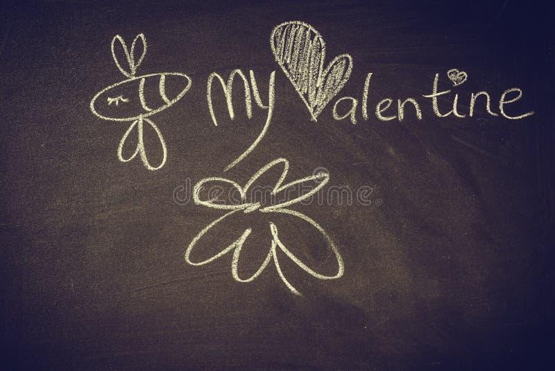 Entregue o desenho com giz no quadro-negro, abelha bonito do kawaii, coração e as palavras sejam meu Valentim ilustração royalty free