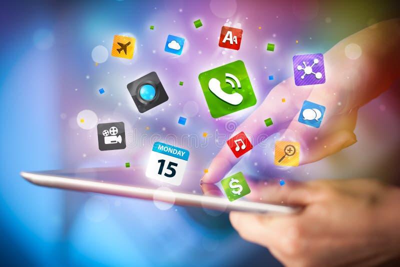 Entregue o PC da tabuleta tocante, conceito social da rede foto de stock