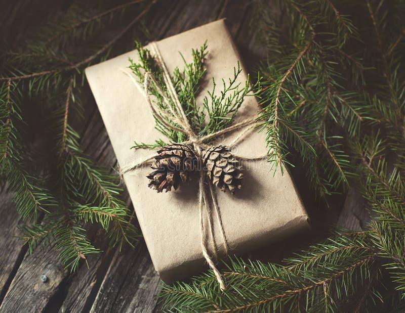 Entregue o presente crafted no fundo de madeira rústico com imagens de stock royalty free