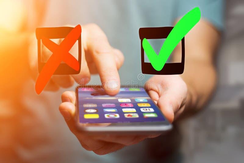 Entregue o verde tirado e o ícone vermelho do tiquetaque que saem um interf do smartphone imagem de stock