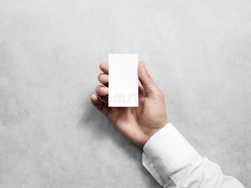Entregue a posse o modelo branco vertical vazio do projeto de cartão fotos de stock