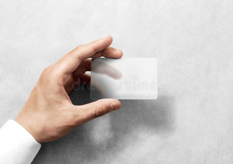 Entregue a posse o modelo translúcido vazio do cartão com cantos arredondados fotografia de stock royalty free