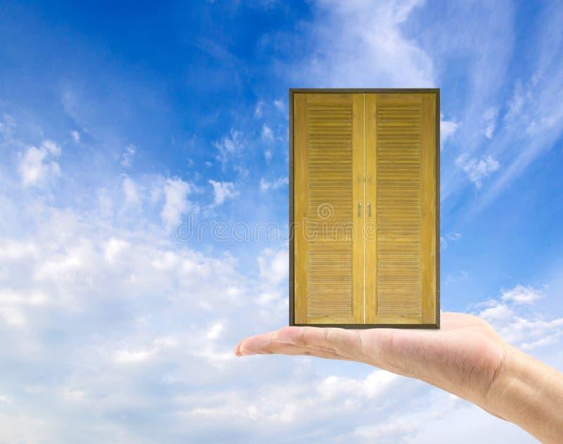 entregue a posse a porta de madeira velha ao mundo novo Vida nova fotos de stock royalty free