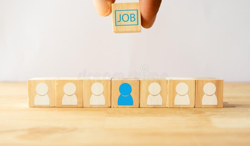 Entregue a tentativa para dar o trabalho, o aluguer ou a possibilidade no homem ou no candidato a emprego adequado que estão esco fotos de stock