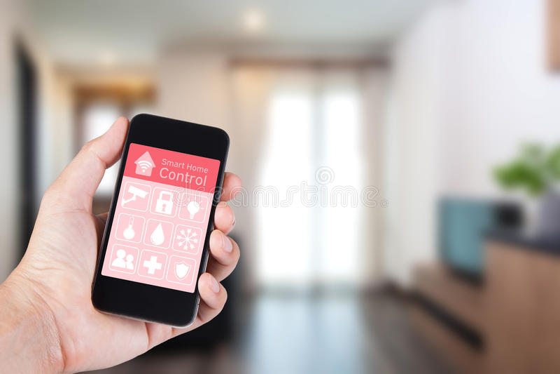 Entregue usando o smartphone à casa esperta app no móbil fotos de stock royalty free