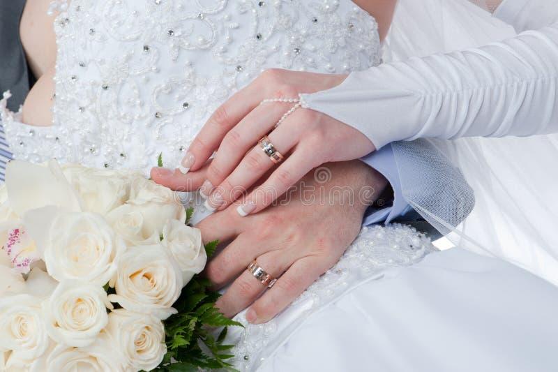 Entrelaçamento das mãos - para amar a entrelaçamento imagem de stock