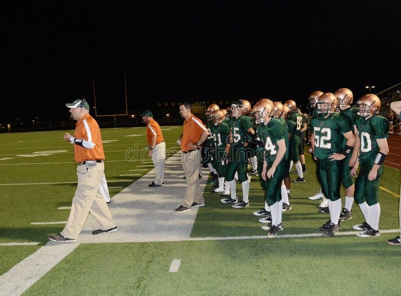Entrenador de fútbol Running The Team de la High School secundaria imagenes de archivo
