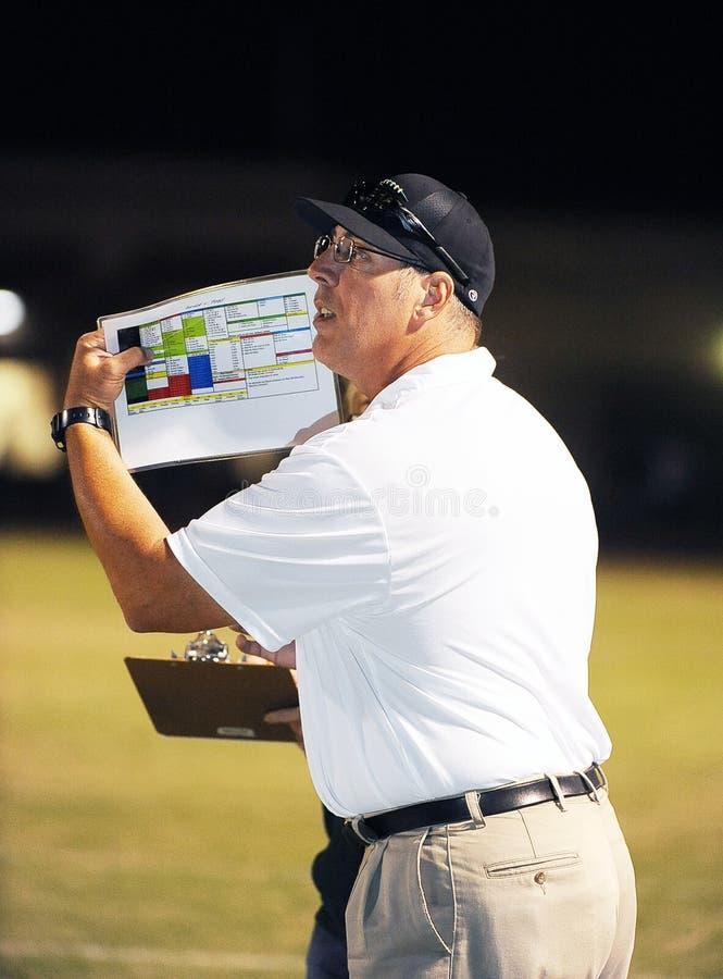Entrenador de fútbol Running The Team de la High School secundaria imágenes de archivo libres de regalías