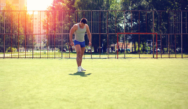 Entrenamiento abstracto del deporte, deportista de la silueta en una tierra de deportes de campo fotografía de archivo