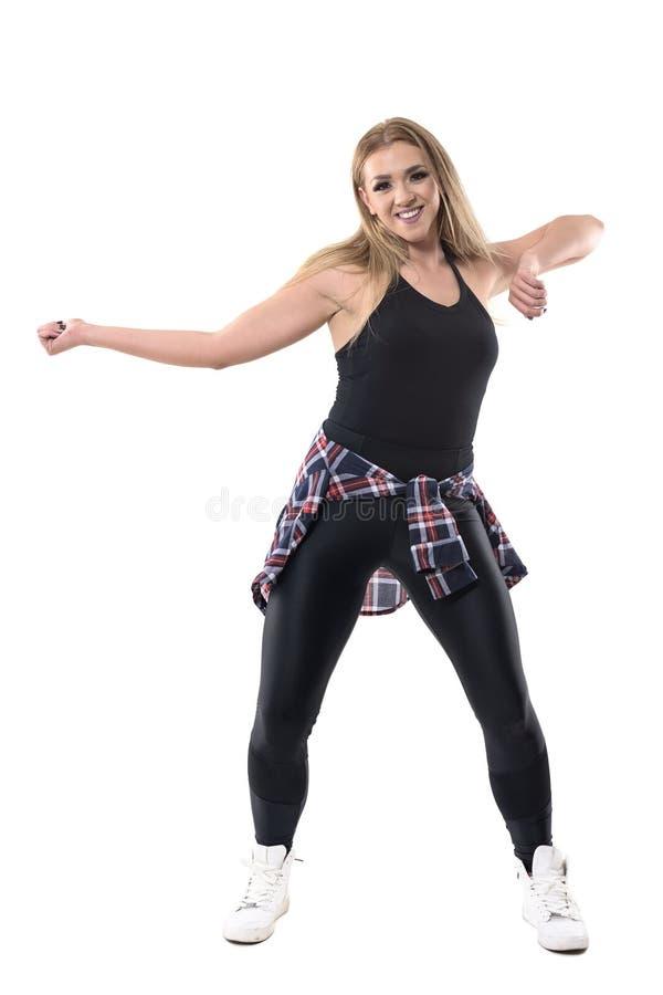Entrenamiento alegre enérgico joven de los aeróbicos de la danza del jazz del baile de la mujer fotos de archivo