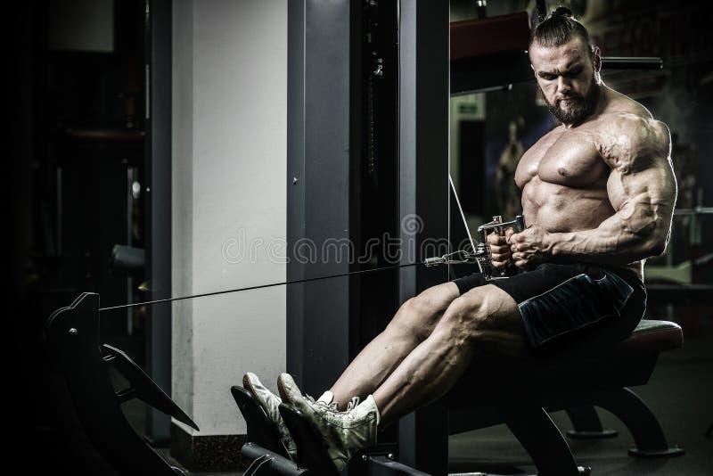 Entrenamiento atlético de la dieta del hombre del poder hermoso que bombea para arriba el músculo trasero fotos de archivo libres de regalías