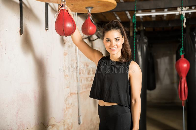 Entrenamiento bastante femenino del boxeador con el bolso de la velocidad imágenes de archivo libres de regalías