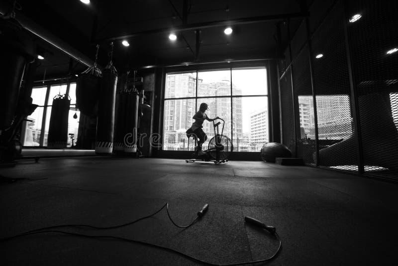 Entrenamiento cardiio Mujer deportiva joven de la silueta blanco y negro foto de archivo