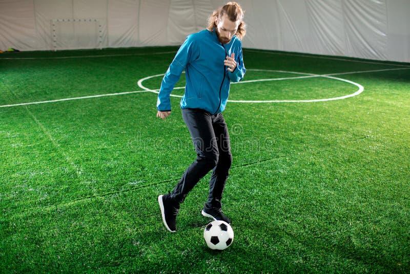 Entrenamiento con el balón de fútbol foto de archivo