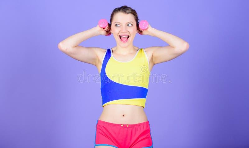 Entrenamiento con pesas de gimnasia Pesas de gimnasia del control de la muchacha Ejercicios del b?ceps para la hembra Ejercicio c imagenes de archivo