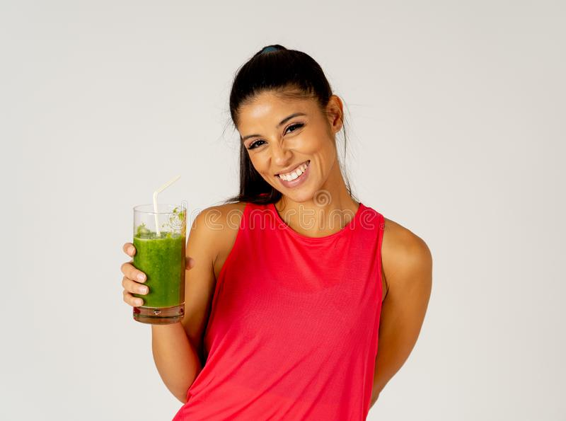 Entrenamiento de dieta apto de la mujer y smoothie verde vegetal de consumición que se sienten bien sobre soltar el peso imagen de archivo