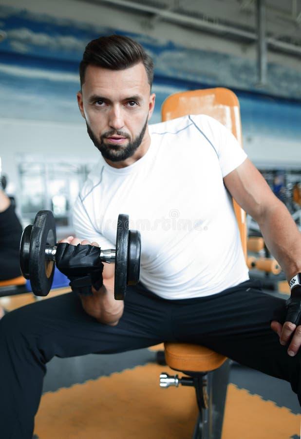 Entrenamiento de ejecución masculino joven de TRX en el gimnasio fotos de archivo