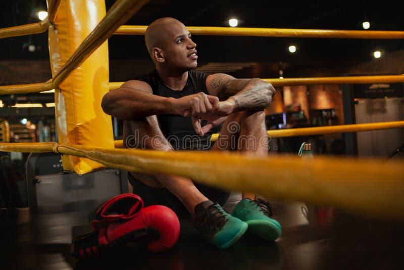 Entrenamiento de encajonamiento masculino africano hermoso del combatiente en el gimnasio imagen de archivo