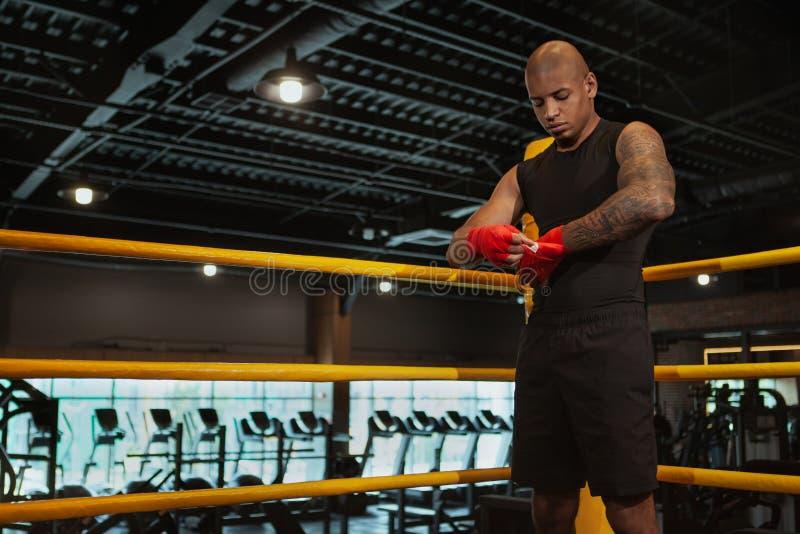Entrenamiento de encajonamiento masculino africano hermoso del combatiente en el gimnasio fotos de archivo