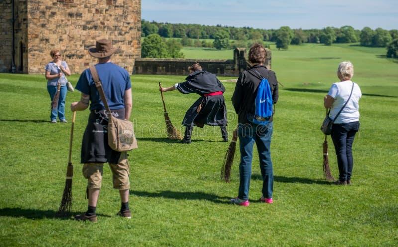 Entrenamiento de Harry Potter Broomstick en el castillo de Alnwick imagenes de archivo