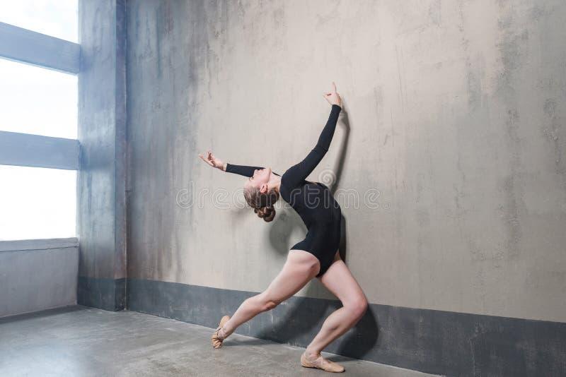 Entrenamiento de instructor de la actividad en el baile cerca de la pared y del viento grises fotografía de archivo libre de regalías