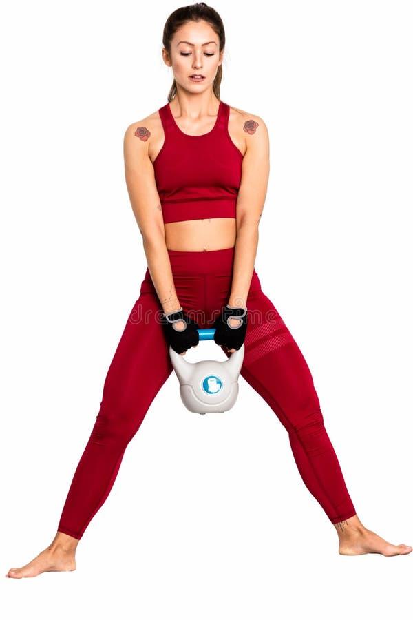 Entrenamiento de la mujer de la aptitud con el kettlebell Foto de la mujer aislada en el fondo blanco Fuerza - imagen imagen de archivo
