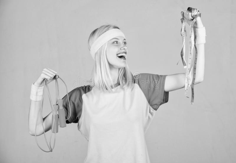Entrenamiento de la mujer con la cuerda de salto Resultado del entrenamiento Cinta de la cuerda y de la medida de salto del contr foto de archivo