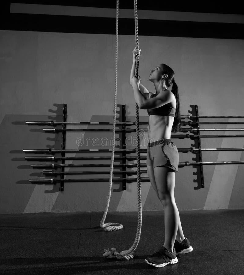 Entrenamiento de la mujer del ejercicio de la subida de la cuerda en el gimnasio foto de archivo libre de regalías