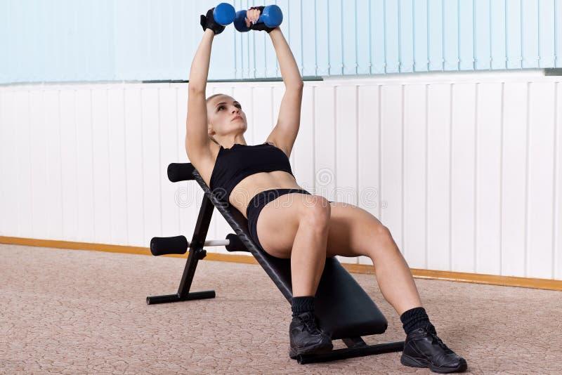 Entrenamiento de la mujer para el músculo del pecho imagen de archivo