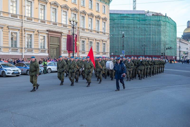Entrenamiento de la noche de Victory Parade en cuadrado del palacio en St Petersburg foto de archivo