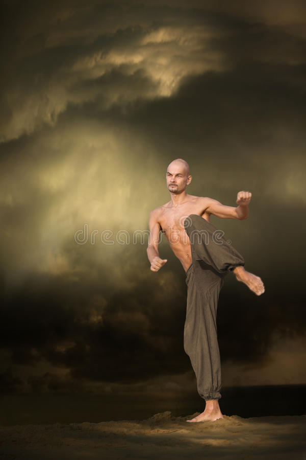 Entrenamiento de los deportes de los artes marciales imagenes de archivo
