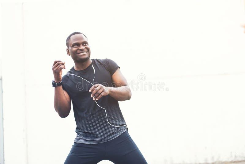 Entrenamiento del atleta del basculador y el hacer entrenamiento masculinos jovenes al aire libre en ciudad un hombre negro que d imágenes de archivo libres de regalías