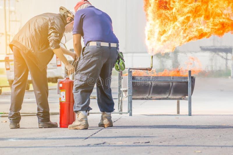 Entrenamiento del bombero, entrenamiento de instructor c?mo utilizar un extintor para el fuego que lucha imagenes de archivo