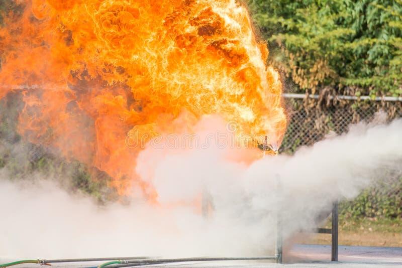 Entrenamiento del bombero, la lucha contra el fuego de la formaci?n anual de los empleados con el gas y llama fotos de archivo libres de regalías