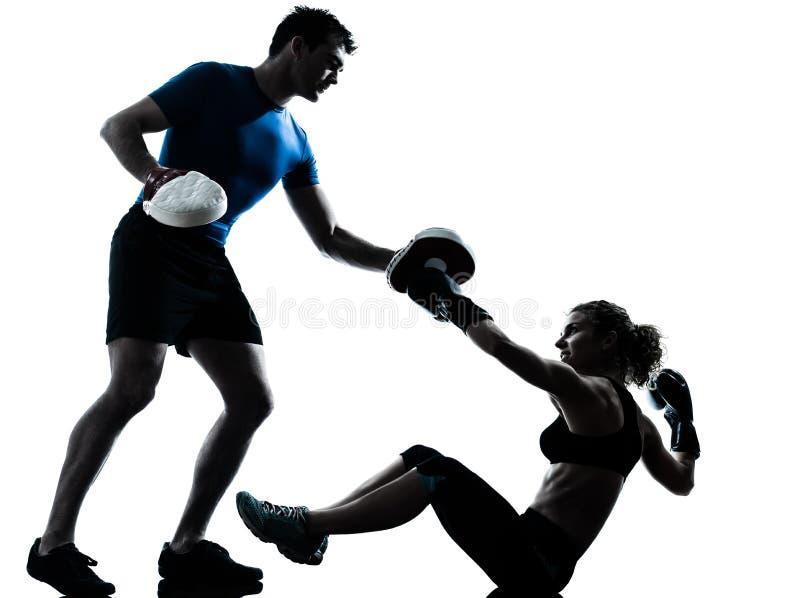 Entrenamiento del boxeo de la mujer del hombre imagen de archivo libre de regalías