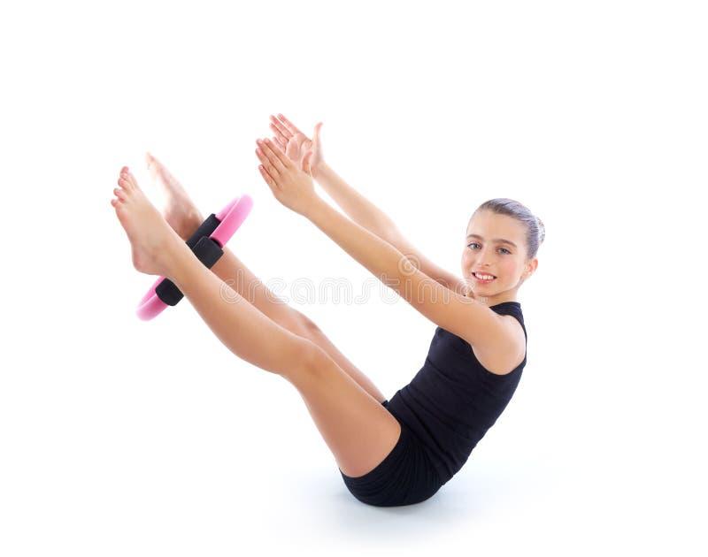 Entrenamiento del ejercicio de la muchacha del niño del anillo de la yoga de los pilates de la aptitud imágenes de archivo libres de regalías